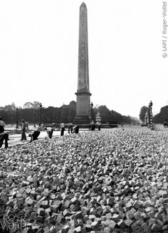 Réfection de la place de la Concorde à l'aide de pavés en grès. Paris (VIIIème arr.), septembre 1941. © LAPI / Roger-Viollet