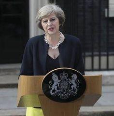 今日の、イギリスのメイ首相のお洋服が超すてき!この太チェーンネックレス、あと写真なかったけどカラーブロックの薄手のコート▷ メイ英新首相の装い、10点満点 英紙タイムズが絶賛 配色「女王に配慮」 https://t.co/lQpguBBEDS https://t.co/LDwy6PHOyC