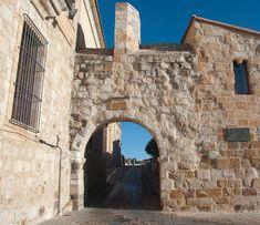 Puerta del Obispo en Zamora (S. XI). También llamada Óptima o de Olivares. A un lado de la puerta se encuentra el Mirador de Troncoso, desde donde se ve el río Duero y el puente de piedra, y al otro lado, una plaza donde se encuentran el Palacio Episcopal y la Casa del Cid.