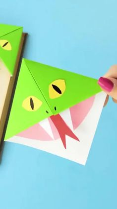 How to Make Corner Bookmarks + Ideas and Designs - Easy Peas.- How to Make Corner Bookmarks + Ideas and Designs – Easy Peasy and Fun Learn how to make your very own origami bookmarks! Diy Origami, Origami Ball, Paper Crafts Origami, Paper Crafts For Kids, Diy For Kids, Easy Crafts, Simple Origami, Origami Frog, How To Make Origami