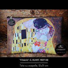 """""""Il bacio"""" di Gustav Klimt è di certo una delle opere più famose dell""""artista austriaco; appartiene al suo """"periodo aureo"""" quando dopo i due viaggi a Ravenna si innamorò dello sfarzo dei mosaici bizantini. Oggi ci propongo un dettaglio del dipinto su questa pochette in ecopelle: oro nero e un mosaico di colori la rendono perfetta per ogni occasione #ilucreazioni #instalike #illustration #picoftheday #picture #pochettehandmade #ischiagram #ischia #style #mfasterpiece #fashion #klimt #arte…"""