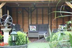 Prachtige tuinkamer/buitenkamer in stijlvolle tuin.   -Ambachtelijk Maatwerk -Landelijk Karakter -Duurzaam en Onderhoudsarm  Vechtdal Bouwsystemen BV www.vechtdalbouwsystemen.nl