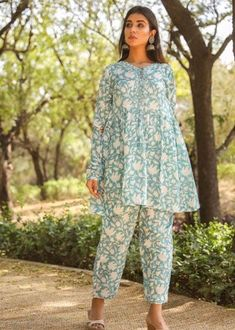Stylish Dress Book, Stylish Dresses For Girls, Stylish Dress Designs, Simple Dresses, Simple Pakistani Dresses, Pakistani Dress Design, Designer Party Wear Dresses, Indian Designer Outfits, Casual Frocks
