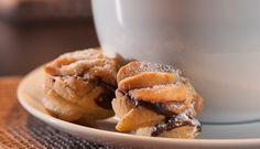 Diese kleinen gefüllten Weihnachtsplätzchen sind eine leckere Spritzgebäck-Variante und schmecken sowohl mit Marmelade als auch Schokolade gut.