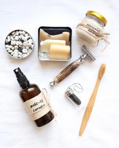 Zero waste bathroom swaps: which one is your favourite? - Bamboo toothbrush -Home-made make up rem Lush Shampoo Bar, Body Shampoo, Zero Waste Store, Eco Friendly Cleaning Products, Make Up Remover, Minimalist Bathroom, Sustainable Living, Deodorant, Favors