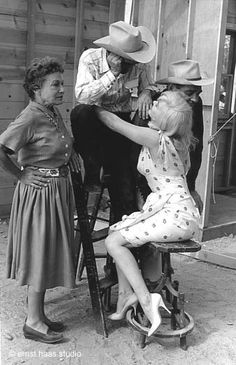 """Thelma Ritter, Montgomery Clift, Clark Gable & Marilyn Monroe, on the set of """"The Misfits"""""""