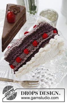 """DROPS Valentinstag: Gehäkeltes DROPS Kuchenstück aus  """"Muskat mit Beeren und Sahne.   Kostenlose Anleitungen von DROPS Design."""