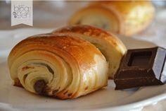 Pain au chocolat, ricetta francese per dei deliziosi saccottini al cioccolato, sfogliati e fragranti, ideali per la colazione di tutta la famiglia.