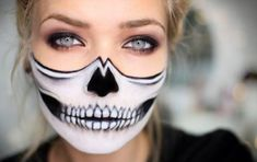 ▷ 1001 + Halloween make-up tips that are perfect for your healthy skin .- ▷ 1001 + Halloween Schminktipps, die für Ihre gesunde Haut sorgen halloween makeup for women who want to look scary, skull make-up, white and black - Half Skeleton Makeup, Half Face Halloween Makeup, Half Skull Makeup, Halloween Makeup Looks, Visage Halloween, Halloween Ideas, Halloween Costumes, Halloween Skull Makeup, Halloween Series