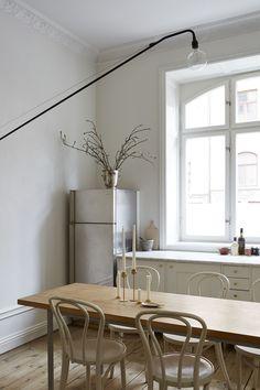 En fantastisk lägenhet i Birkastan Decor, Modern Dining, Kitchen Interior, Minimalist Dining Room, Home Remodeling, Home Decor, House Interior, Home Kitchens, Home Interior Design