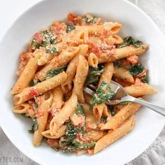 Tomato and Spinach Pasta Creamy Tomato and Spinach Pasta is a fast an easy answer to dinner that the whole family will love. Creamy Tomato and Spinach Pasta is a fast an easy answer to dinner that the whole family will love. Easy Pasta Recipes, Healthy Dinner Recipes, Beef Recipes, Vegetarian Recipes, Chicken Recipes, Cooking Recipes, Cooking Ideas, Oven Cooking, Easy Cooking