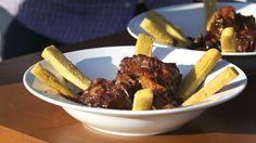Tyrehale-ragout er en fransk simreret der kan serveres med kartoffelmos eller panisse - en slags sprøde kikærte fritter. Forkæl familien med denne skønne opskrift på en dag med god tid.