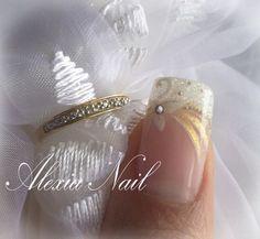 ongles de mariage | la place du doré je mettrai du fushia biensur lol