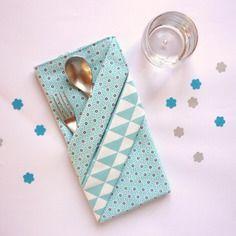 Grande serviette de table enfant, à motifs japonais et triangles bleu turquoise
