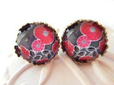 """Boucles d'oreille type puces cabochon verre """"Les fleurs rouges"""" noir, rouge, fleurs, breloque bronze libellule, : Boucles d'oreille par miss-coopecoll"""
