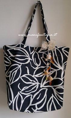 la borsa mare facile è grande, capiente e senza fodera, con un piccolo trucco però le cuciture sono ben nascoste all'interno con un piacevole effetto pulito Painted Bags, Diy Handbag, Handbag Patterns, Tote Purse, Tote Bags, Sewing Patterns Free, My Bags, Bucket Bag, Shopping Bag