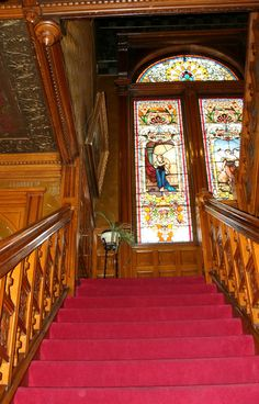 Victorian mansion staircase, with stained glass windows. Victorian House Interiors, Victorian Home Decor, Victorian Design, Victorian Furniture, Victorian Gothic, Victorian Homes, Beautiful Buildings, Beautiful Homes, Beautiful Interiors