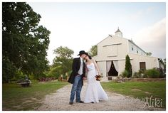 Top O' The Hill Country Chic Styled Shoot // Photos by Photography by Niki - WoodlandsBride.com