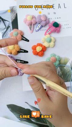 Crochet Hair Clips, Crochet Bows, Crochet Buttons, Crochet Motifs, Crochet Crafts, Crochet Flower Tutorial, Crochet Flower Patterns, Crochet Designs, Diy Crochet Flowers