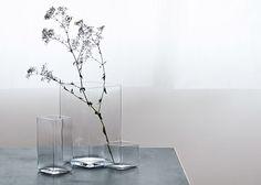 Menos es mas...es lo que nos inculcaban en la escuela de diseño. Este es un claro ejemplo. La misma regla se cumple si le llenan el florero grande hasta la mitad de agua y le ponen una rama en flor.