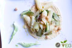 Prendiamo come ispirazione una ricetta tipica romana, per poi capovolgerla e rinnovarla in chiave veg, ecco la nostra pasta con cicoria su fonduta di ceci!