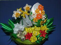 Znalezione obrazy dla zapytania kanzashi ozdoby wielkanocne Easter Crafts, Christmas Crafts, Christmas Ornaments, Kanzashi Tutorial, Quilted Ornaments, Ribbon Art, Egg Art, Ribbon Embroidery, Silk Flowers