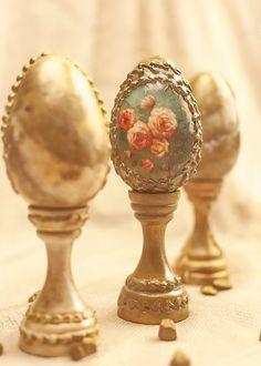 Ou Auriu Cu Suport,decorat Cu Trandafiri