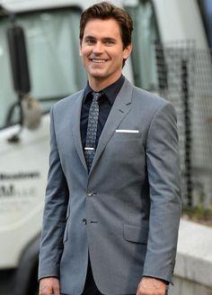 Matt Bomer sonriendo en el rodaje de la ultima temporada de White Collar