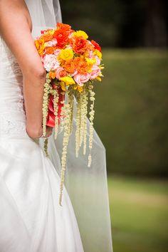 El accesorio idóneo para una novia espectacular.  #maríalimón #floraldesign #florals #eventstyling #weddingstyling #trends #weddingdecor #summer #weddingstyle #vibrantcolors #inspiration #unique #yellow #orange #pink