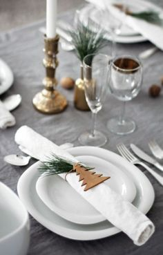 15 idées déco pour une belle table de Noël The holiday season is fast approaching and I am already thinking about the decoration of Christmas Eve! 15 decorative ideas for a beautiful Christmas table, Christmas Table Settings, Christmas Tablescapes, Christmas Table Decorations, Decoration Table, Holiday Tablescape, Holiday Dinner, Noel Christmas, All Things Christmas, Winter Christmas