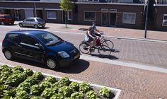 Meer eenheid met keramische bestrating in het Santrijngebied, Oosterhout. Rode gebakken klinkers in het hele straatprofiel voor een samenhangend beeld.
