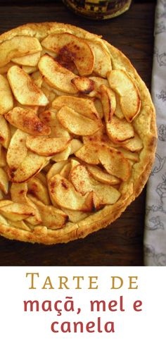 Tarte de maçã, mel e canela   Food From Portugal. Uma tarte de deixar água na boca, com excelente decoração, maçã caramelizada em mel e aromatizada com canela. #receita #tarte #maçã #mel #canela