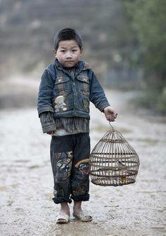 Chinees jongetje met vogelkooitje en vogeltje