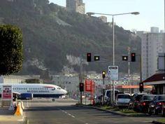 O único aeroporto do mundo, que atravessa uma rua