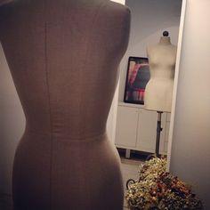 Nuestros maniquíes esperan ansiosos a que lleguen nuevas creaciones de Nihil Obstat. #work #fashion #dress