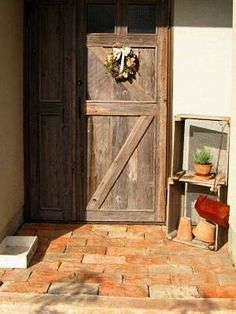 DIYリフォーム実例!アンティークな木製玄関ドア [住宅リフォーム] All ... DIYリフォーム後の玄関の様子。クリスマスにドライリースで飾った玄関