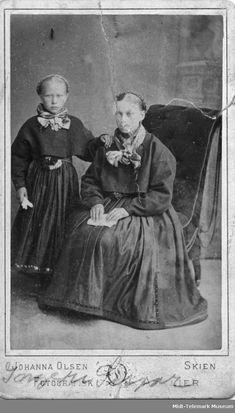 Portrett av Ingerid Sisjord og mor Gunhild Eikjarud - Midt-Telemark Museum / DigitaltMuseum | Beltestakk