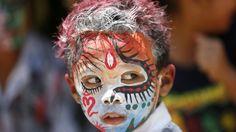 - Criança da indonésia é pintada para o ritual sagrado de Ngerebeg, na cidade de Gianyar, em Bali. Foto: Made Nagi / EFE