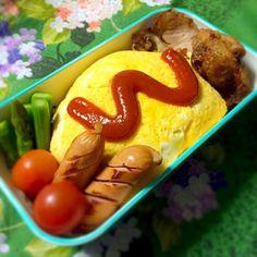 オムライス好きなんです ( ´͈ ᗨ `͈ )◞♡⃛(笑)  お家で食べるオムライスには、いつも顔とか書くんですけどね、、、外で食べるときは嫌かな〜?って思って無難なケチャップです(*´罒`*)ニヒヒ♡(笑) - 30件のもぐもぐ - 4月6日のお弁当 by KUMANOKO