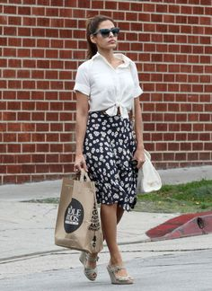 eva mendes who looks this good going to the grocery store? eva mendes, that's who. sure she looks good, but she doesn't have a reusable. Taylor Swift Outfits, Street Style Celebrities, Celebrity Summer Style, Knotted Shirt, Tied Shirt, Eva Mendes, Inspiration Mode, Lookbook, Printed Skirts