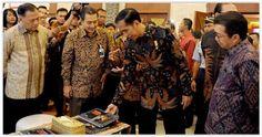 #Jokowi #PresidenRI #HariBatikNasional #Batik #SelamatHariBatikNasional Jokowi Koleksi Ratusan Batik dari Aceh Sampai Papua, Desainernya Sang Istri. Memperingati Hari Batik Nasional, Presiden Jokowi juga ikut bicara. Siapa sangka, Presiden punya ratusan koleksi baju batik berbagai motif dari Aceh sampai Papua. Enggak pernah ngitung (koleksi baju batik-red). Ratusanlah, kata Jokowi saat ditanya wartawan di sela-sela kunjungannya ke Gudang Bulog, K