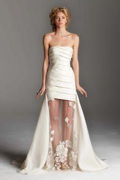 Vestido-de-novia-largo-con-cauda-y-falda-con-transparencias-y-escote-strapless