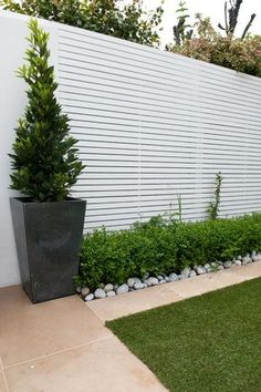 17 Best and Fascinating DIY Wooden Garden Fence Styles and Designs for Your Home Ideas & Inspirations Cerca Horizontal, Horizontal Fence, Urban Garden Design, Garden Modern, Garden Screening, Screening Ideas, Fence Styles, White Fence, White Garden Fence