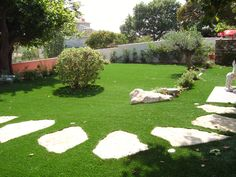 Une pelouse toujours verte même en été, c'est possible avec du gazon synthétique ! #jardin