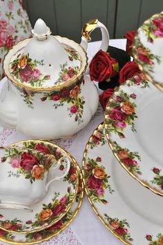 Vintage Royal Albert Old Country Roses Tea Set. My mom always collected Royal Albert China Royal Albert, Sushi Set, Rosen Tee, Café Chocolate, China Tea Sets, Vintage Dishes, Tea Sets Vintage, Vintage China, Vintage Teacups
