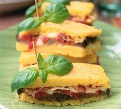 Petits sandwichs façon polentas, farcis aux aubergines, mozzarella, speck, tomates et parmesan.