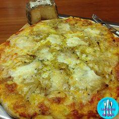 Pizza de queso de cabra con cebolla caramelizada, un queso de cabra delicioso al que le va genial la cebolla caramelizada.