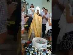 El cura de terror haciendo bautismos