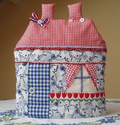 Tea Cozies I Like - or idea for house quilt block House Quilt Block, House Quilts, Fabric Houses, Quilt Blocks, Fabric Crafts, Sewing Crafts, Sewing Projects, Mug Cozy, Mug Rugs
