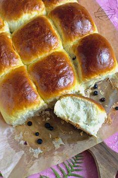 Bułeczki do odrywania z jagodami – Smaki na talerzu Hot Dog Buns, Banana Bread, Food, Meal, Essen, Hoods, Meals, Eten